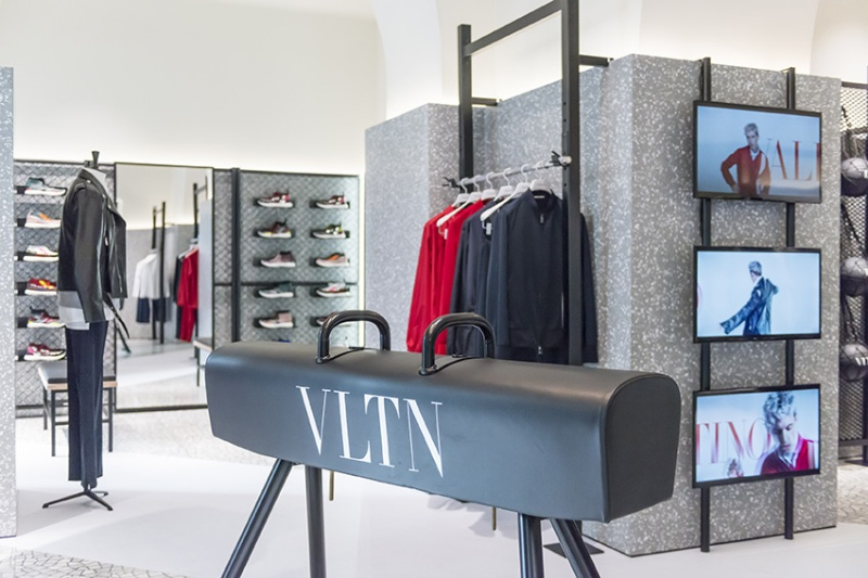 1515673657-florence-vltn-store-installation-at-valentino-tornabuoni-store-15