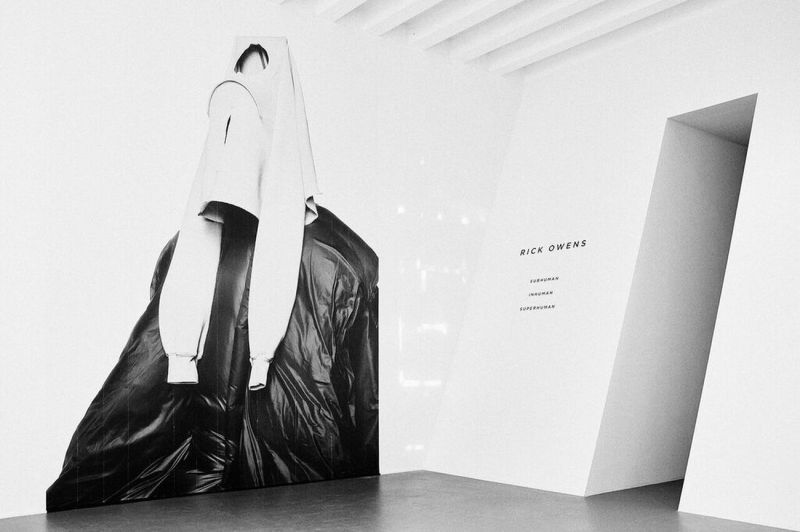 Rick-Owens.-Subhuman-Inhuman-Superhuman.-Exhibition-view-at-La-Triennale-di-Milano-2017.-Photo-credit-OWENSCORP-1-2